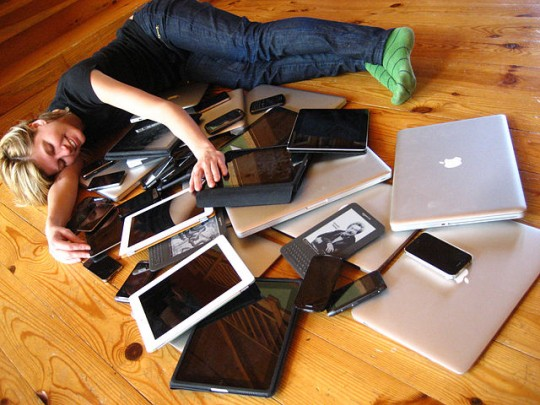 640px-Cuddling_with_multiple_devices